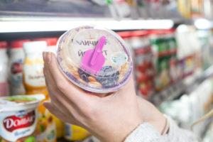 Новое решение для упаковки молочных продуктов от Plastco. Крышка со складной ложкой внутри